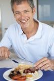 Midden Oude Mens die Ongezond Gebraden Ontbijt eet royalty-vrije stock foto's