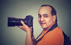 Midden oude mens die professionele camera met behulp van royalty-vrije stock afbeeldingen