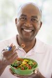 Midden Oude Mens die Salade eet royalty-vrije stock afbeeldingen