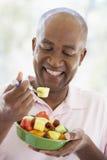 Midden Oude Mens die Verse Fruitsalade eet Stock Afbeelding