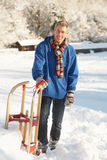Midden Oude Mens die zich in SneeuwLandschap bevindt Royalty-vrije Stock Foto's