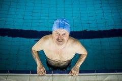 Midden Oude mens in Zwembad Royalty-vrije Stock Afbeeldingen