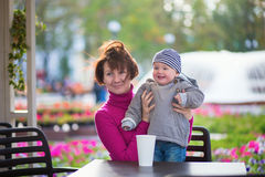 Midden oude vrouw en haar weinig kleinzoon Royalty-vrije Stock Afbeelding