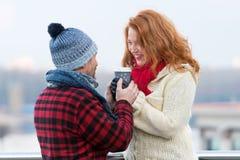 Midden oude vrouw met de hete kop van de vriendgreep van koffie De gelukkige vrouw neemt kop van de haar mens Paar warme handen v royalty-vrije stock fotografie