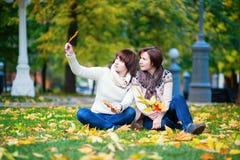 Midden oude vrouw met dochter op een dalingsdag Royalty-vrije Stock Afbeeldingen