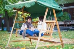 Midden oude vrouw met haar dochter op een schommeling Royalty-vrije Stock Foto's