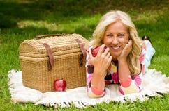 Midden oude vrouw op picknick Royalty-vrije Stock Afbeelding