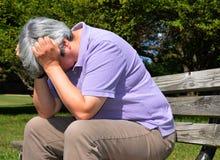 Midden oude vrouw in wanhoop stock foto
