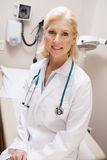 Midden Oude Vrouwelijke Arts in de Afdeling van het Ziekenhuis Royalty-vrije Stock Foto