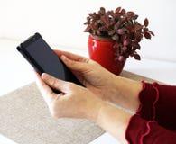 Midden oude vrouwenhanden die het lege gadget van de het scherm slimme telefoon houden royalty-vrije stock afbeeldingen