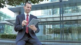 Midden Oude Zakenman Browsing Internet op Tablet stock videobeelden
