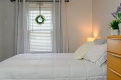 Midden van de eeuw moderne opmaker in grijze en witte slaapkamer stock foto's