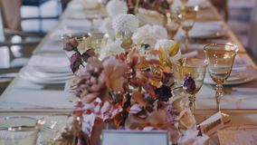 Middendieparralaxschot van de lijst van het huwelijksdiner met bloemen wordt verfraaid stock videobeelden