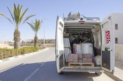 Middeneastd- Mitzpe Ramon, Israël 29 februari, - de installatie van hom-Hanegev van het autobedrijf van zonnewaterverwarmers Royalty-vrije Stock Fotografie