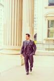 Middenleeftijds Amerikaanse Zakenman die aan het werk in New York lopen Stock Foto's