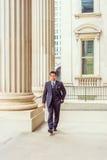 Middenleeftijds Amerikaanse Zakenman die aan het werk in New York lopen Royalty-vrije Stock Foto