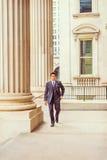 Middenleeftijds Amerikaanse Zakenman die aan het werk in New York lopen Stock Afbeelding