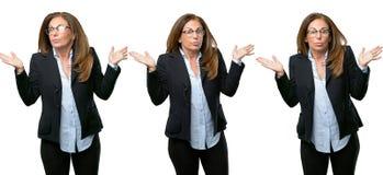 Middenleeftijds bedrijfsvrouw met lang haar royalty-vrije stock fotografie