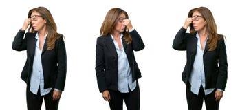 Middenleeftijds bedrijfsvrouw met lang haar stock afbeelding