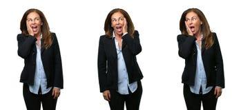 Middenleeftijds bedrijfsvrouw met lang haar royalty-vrije stock afbeelding