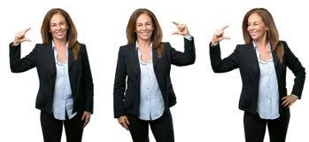 Middenleeftijds bedrijfsvrouw met lang haar stock afbeeldingen