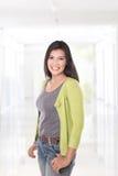 Middenleeftijds het Aziatische vrouw glimlachen Royalty-vrije Stock Afbeelding