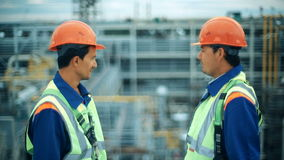 Middenleeftijds Mannelijke Ingenieurs die het Project bespreken bij de Bouwwerf stock videobeelden