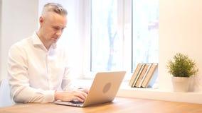 Middenleeftijdsmens die aan Laptop, Ontwerper werken stock video