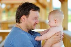 Middenleeftijdsvader met zijn kleine zoon Stock Foto's