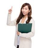 Middenleeftijdsvrouw met omhoog klembord en vinger Stock Afbeeldingen