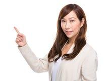 Middenleeftijdsvrouw met omhoog vinger Stock Afbeeldingen