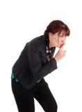 Middenleeftijdsvrouw met vinger over mond Royalty-vrije Stock Fotografie