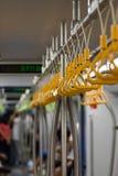 Middennadruk van Plastic die Greephandvatten of riemen op een metaalbar worden opgesteld en worden gehangen royalty-vrije stock foto