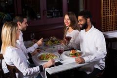 Middenstandmensen die van voedsel genieten Royalty-vrije Stock Fotografie