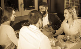 Middenstandmensen die van voedsel genieten Royalty-vrije Stock Foto