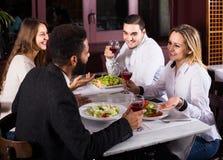 Middenstandmensen die van voedsel in koffie en het spreken genieten Royalty-vrije Stock Foto