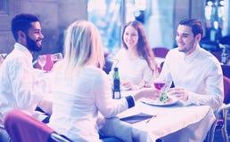 Middenstandmensen die van voedsel in koffieterras genieten Royalty-vrije Stock Afbeeldingen