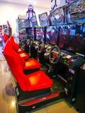 Middernacht stemt 3 Maximum Arcade Racing Car-simulatievideospelletje door spelers in de rode raceautozetel stock afbeelding