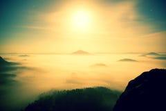 middernacht Volle maannacht in een mooie berg van Boheems-Saksen Zwitserland Heuvelige die pieken en bomen van zware mist worden  Royalty-vrije Stock Fotografie