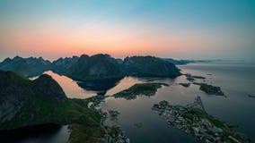 Middernachtzon over Reine-dorp Lofotenarchipel, Noorwegen stock footage
