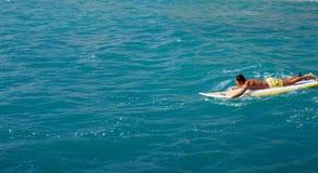 middl年龄冲浪者人游泳在开放海洋 免版税库存图片