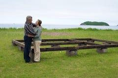 Middla a vieilli des couples par la mer Image libre de droits