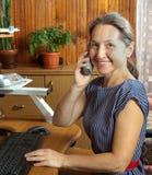 Middle-aged женщина дома стоковые изображения rf