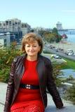 Middle-aged женщина с городом Стоковое Изображение