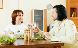 Middle-aged couple eating vegetarian salad Royalty Free Stock Photos
