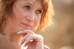 middleaged думая женщина Стоковое Изображение RF