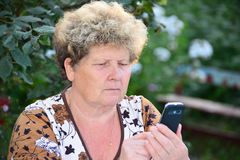 Middleaged woman talks on  mobile phone Royalty Free Stock Photography