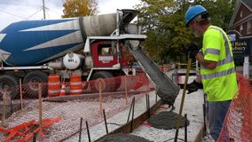 Middlebury,佛蒙特- 20181010 -水泥卡车倾销新的边路建筑的混凝土当乘员组水平 股票录像