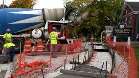 Middlebury,佛蒙特- 20181010 -水泥卡车准备为新的边路建筑卸载 股票录像