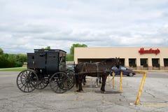 MIDDLEBURY, INDIANA, ESTADOS UNIDOS - 22 de mayo de 2018: Vista del carro de Amish a lo largo de la ciudad, sabida para la vida s Fotos de archivo